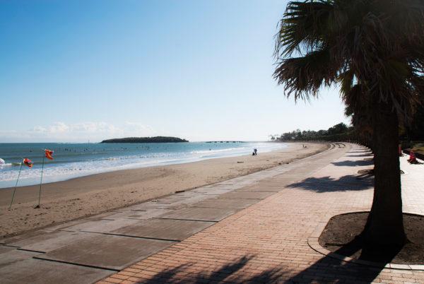 青島ビーチの沿道